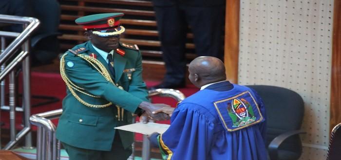 Spika wa Bunge Mhe Job Ndugai akipokea bahasha yenye jina la Waziri Mkuu kutoka kwa mpambe wa Rais.
