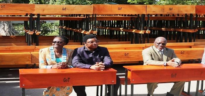 Rais Dkt John Pombe Magufuli (kulia) pamoja na Waziri Mkuu Kassim Majaliwa (katikati) na Naibu Spika wa Bunge Dkt Tulia Ackson katika picha ya pamoja  wakiwa wamekalia Madawati kabla ya kuyagawa kwa Waheshimiwa Wabunge…