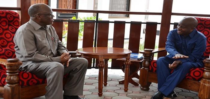 Rais Mhe  Dkt. John Pombe Magufuli akizungumza jambo na Spika wa Bunge Mhe. Job Ndugai nyumbani kwake Sala sala jijini Dar es Salaam alipokwenda kumjulia hali.