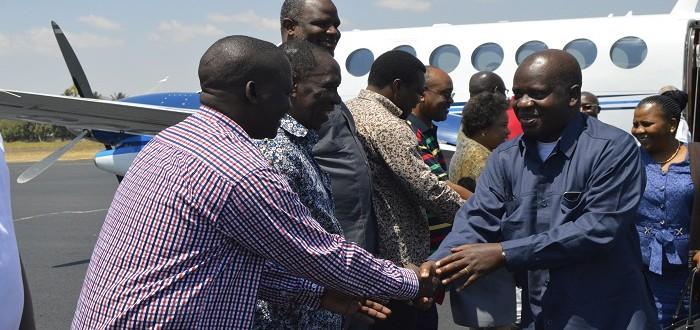 Spika wa Bunge Mhe. Job Ndugai akisalimiana na baadhi ya Wabunge waliojitokeza kumpokea katika uwanja wa ndege mkoani Dodoma alipowasili kutokea Dar es Salaam.