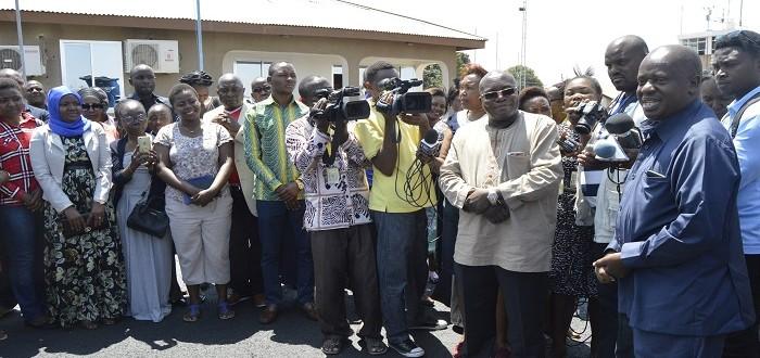 Spika wa Bunge Mhe. Job Ndugai akizungumza na Wafanyakazi wa Ofisi ya Bunge waliojitokeza kumpokea katika uwanja wa ndege mjini Dodoma.