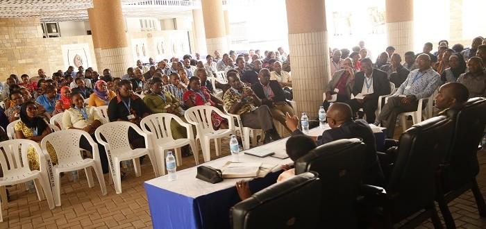 Katibu wa Bunge Dkt. Thomas Kashililah (katikati) akifafanua jambo mbele ya Watumishi wa  Ofisi ya Bunge katika kikao kilichofanyika Mjini Dodoma.