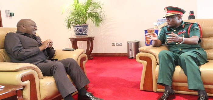 Spika wa Bunge, Mhe. Job Ndugai (kushoto) akizungumza na  Mkuu wa Majeshi ya Ulinzi nchini , Jenerali Venance Mabeyo (kulia) alipomtembelea Ofisini kwake Mjini Dodoma.