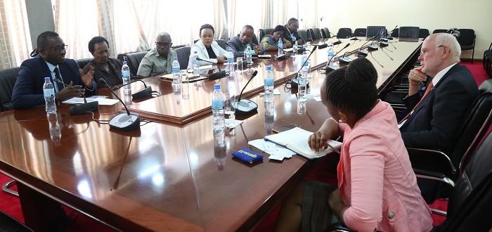 Wajumbe wa Umoja wa Wabunge vijana na Wajumbe kutoka Umoja wa Wabunge wanawake Tanzania (TWPG) wakizungumza na  Balozi wa Uholanzi nchini, Mhe. Jeroen Verhuel.