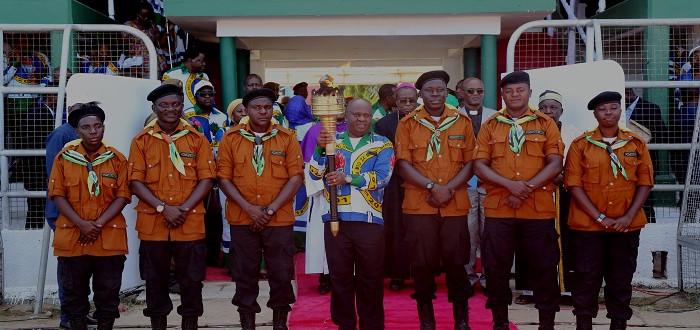 Spika wa Bunge, Mhe. Job Ndugai (katikati)  katika picha pamoja na wakimbiza mwenge wa uhuru katika tukio la kuzima mwenge kitaifa uwanja wa Mkwakwani Jijini Tanga