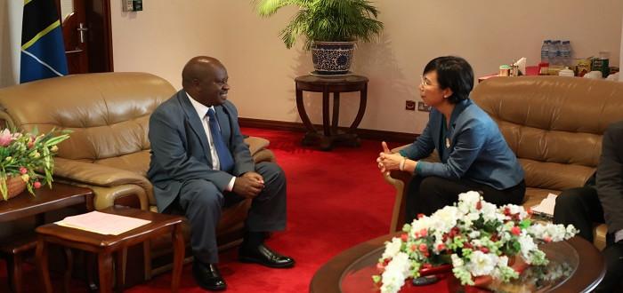 Spika wa Bunge Mheshimiwa Job Ndugai akizungumza na Balozi wa China Nchini Tanzania Mheshimiwa Wang Ke aliyemtembelea Ofisini kwake Bungeni Jijini Dodoma.