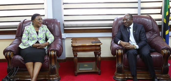 Katibu wa Bunge, Ndg. Stephen Kagaigai (Kulia) akizungumza na aliyekuwa Katibu Mkuu Ofisi ya Waziri Mkuu (Bunge na Waziri Mkuu) ), Ndg. Maimuna Tarishi alipomtembelea Ofisini kwake kwa lengo la kumuaga na Kumshukuru kwa ushirikiano aliompatia kwa kipindi