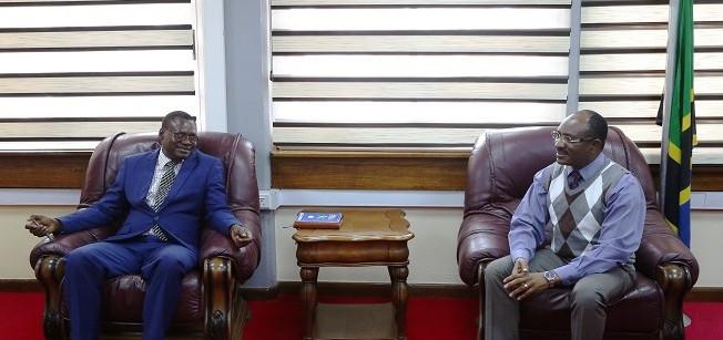 Katibu wa Bunge, Ndg. Stephen Kagaigai akizungumza na Katibu Mkuu, Ofisi ya Waziri Mkuu (Waziri Mkuu na Bunge), Ndg. Tixon Nzunda alipomtembelea Ofisini kwake Bungeni Jijini Dodoma.