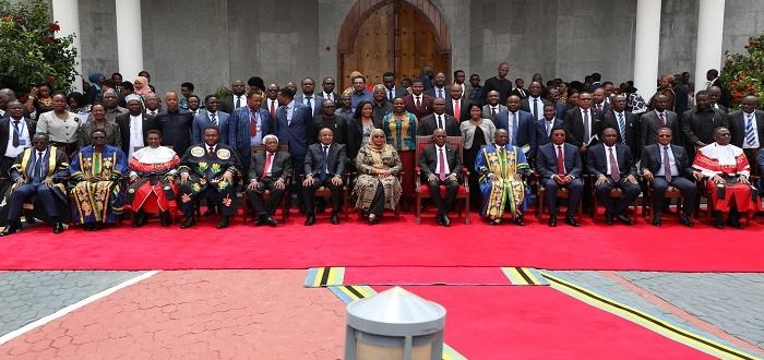 Rais wa Jamhuri ya Muungano wa Tanzania, Mhe. Dkt. John Pombe Magufuli katika picha ya pamoja na Makamu wa Rais wa Jamhuri ya Muungano wa Tanzania, Mhe. Samia Suluhu Hassan….