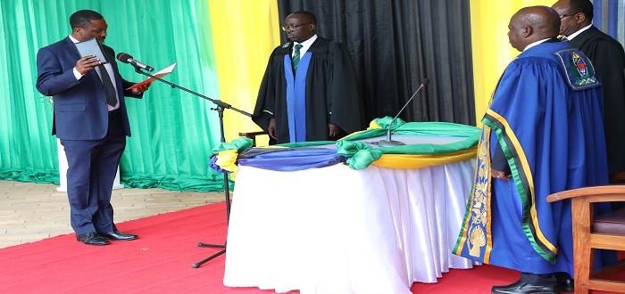 Spika wa Bunge, Job Ndugai akimuapisha Mbunge wa kuteuliwa na Rais, Prof. Shukrani Manya tukio lililofanyika katika viwanja vya Bunge Jijini Dodoma.