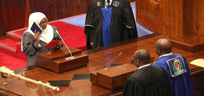 Mbunge Mteule kutoka Baraza la Wawakilishi Zanzibar, Bahati Hamisi Kombo akila kiapo cha uaminifu cha Ubunge mbele ya Spika wa Bunge, Job Ndugai Bungeni Jijini Dodoma. Kulia ni Katibu wa Bunge, Stephen Kagaigai
