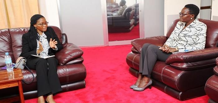 Naibu Spika wa Bunge, Mhe. Dkt. Tulia Ackson (kulia) akimsikiliza Mkurugenzi Mkuu wa Benki ya NMB, Ndg. Ruth Zaipuna alipomtembelea katika ofisi za Bunge Jijini Dodoma.