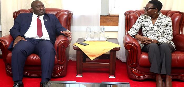 Naibu Spika wa Bunge, Dkt. Tulia Ackson (kulia) akizungumza na Naibu Spika wa Kwanza wa Bunge la Malawi, Madalitso Kazombo Ofisini kwake Bungeni Jijini Dodoma, Juni 7, 2021